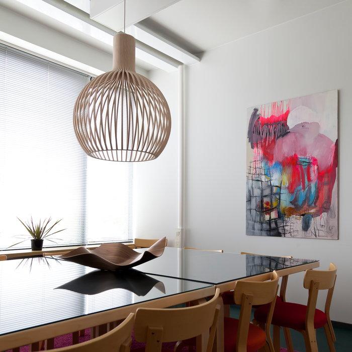 Ruokailutilat Secto Design Showroom Finland Luonnonväri Koivu Pähkinäpuu Octo Tuisku