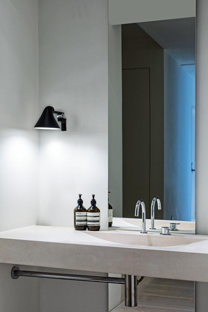 Kylpyhuone Louis Poulsen Musta Alumiini