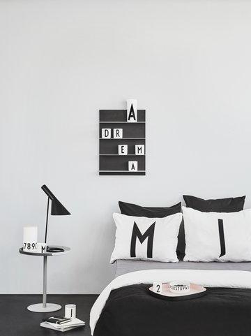 Makuuhuone Design Letters Harmaa Luonnonväri Musta Valkoinen Puu Keramiikka Paperi AJ keittiö
