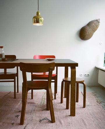 Ruokailutilat Artek Luonnonväri Harmaa Punainen Messinki Pähkinäpuu Koivu Pyökki Aalto jakkarat Aalto tuolit Aalto valaisimet