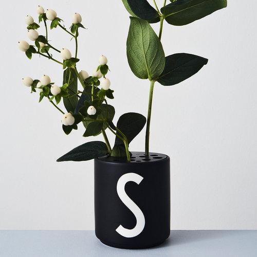 Design Letters Arne Jacobsen kuppi, musta,  A-Z