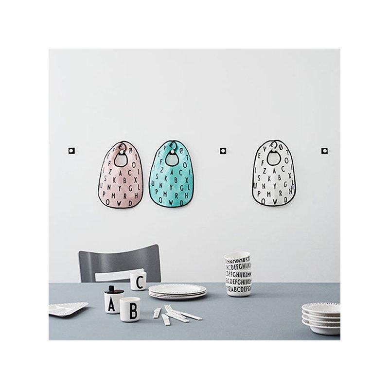 Design letters piatto fondo in melamina arne jacobsen for Design piatto